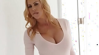 Awesome MILF Alexis Fawx squirts all over Quinn Wilde face and share cumshot