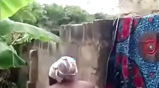 femme africaine se lave devant sa cam