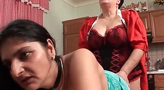 Horny mature fuck their cunts wit